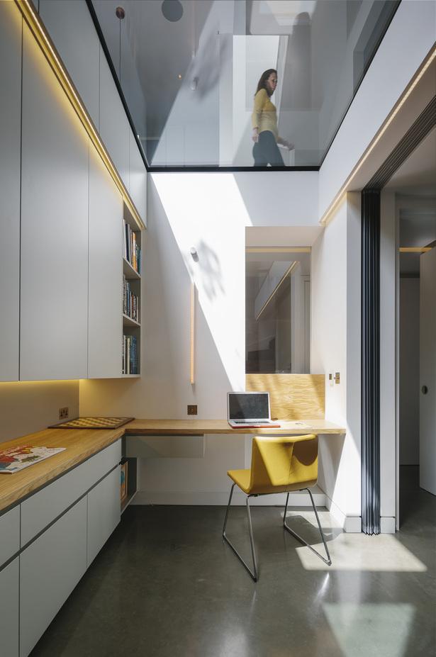 Домашний офис в подвале дома