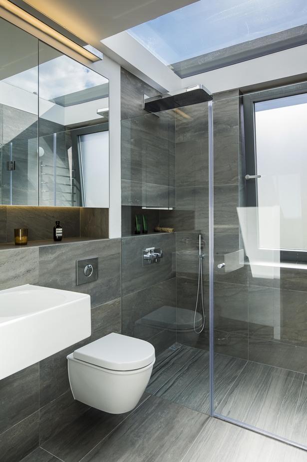 Серая минималистская ванная на втором этаже ярко освещена