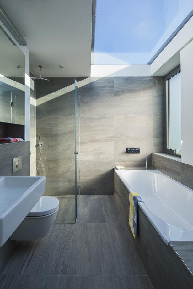 Ванна на втором этаже светлая благодаря большому световому окну в крыше