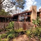 Благодаря использованию традиционных материалов модернистское здание хорошо вписывается в ландшафт.