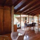 Гостиная никак не отделена от столовой, что удобно. (1950-70е,середина 20-го века,медисенчери,медисенчери модерн,архитектура,дизайн,экстерьер,интерьер,дизайн интерьера,мебель,гостиная,дизайн гостиной,интерьер гостиной,мебель для гостиной,столовая,дизайн столовой,интерьер столовой,мебель для столовой)