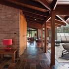 Со сдвинутыми дверьми гостиная становится частью веранды у бассейна. (1950-70е,середина 20-го века,медисенчери,медисенчери модерн,архитектура,дизайн,экстерьер,интерьер,дизайн интерьера,мебель,гостиная,дизайн гостиной,интерьер гостиной,мебель для гостиной)