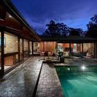 Терраса у бассейна в вечернее время.