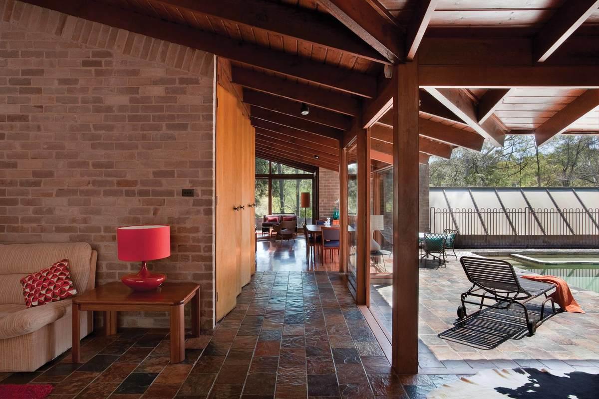 Со сдвинутыми дверьми гостиная становится частью веранды у бассейна.