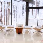 Гостиная с зимним пейзажем за окном.