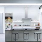 Кухня скрыта от столовой и остекленного переднего фасада стеной, а от гостиной отделена лишь кухонным островом с барной стойкой. (1950-70е,середина 20-го века,медисенчери,медисенчери модерн,архитектура,дизайн,экстерьер,интерьер,дизайн интерьера,мебель,кухня,дизайн кухни,интерьер кухни,кухонная мебель,мебель для кухни)