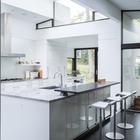 На кухне со стороны гостиной расположена удобная барная стойка. (1950-70е,середина 20-го века,медисенчери,медисенчери модерн,архитектура,дизайн,экстерьер,интерьер,дизайн интерьера,мебель)