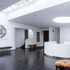 Просторный холл у центрального входа ярко освещен благодаря световым фонарям. (1950-70е,середина 20-го века,медисенчери,медисенчери модерн,архитектура,дизайн,экстерьер,интерьер,дизайн интерьера,мебель,вход,прихожая)