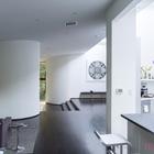 Слева можно заметить гостиную, а справа в закругленном торце кухни спрятано кухонное оборудование.