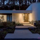 В вечернее время дом подсвеченный фонарями выглядит очень эффектно. Однако остекленные стены дома не добавляют внутренним помещениям приватности.