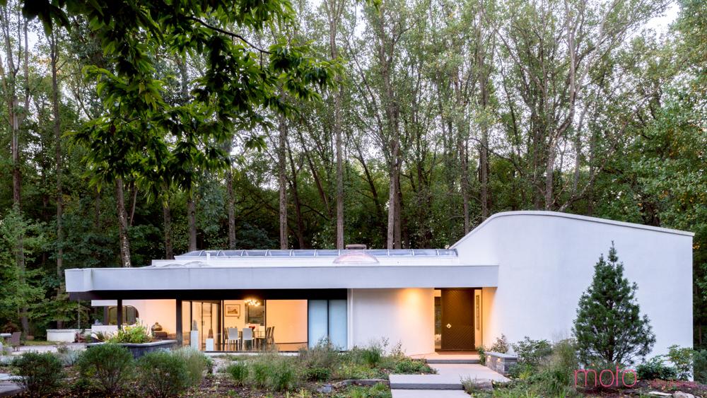 Центральный вход в дом. Слева, сквозь стеклянную стену, видна столовая, а на крыше хорошо заметны крышки световых фонарей.