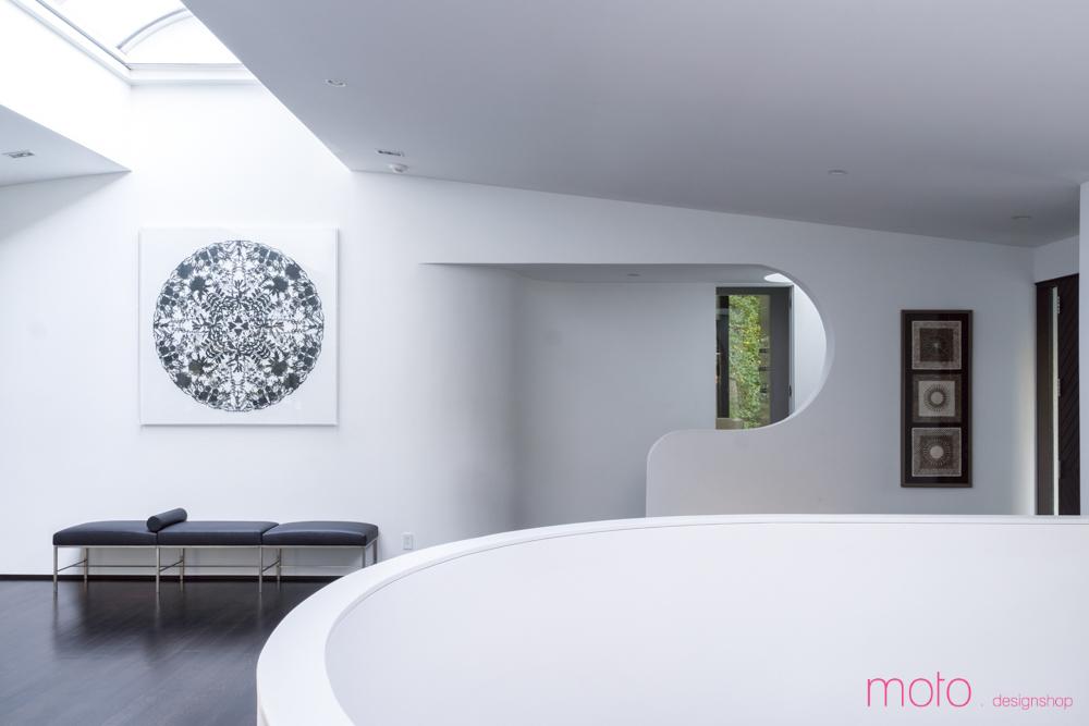 Холл от столовой отделяет округлый лестничный проем. Лестница освещается большим круглым световым окном над ней.