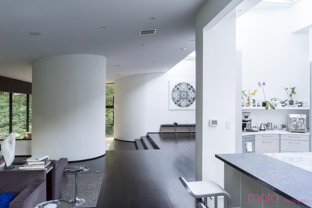 Слева можно заметить гостиную, а справа в закругленном торце кухни спрятано кухонное оборудование