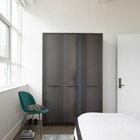 Отдельно стоящий стальной плательный шкаф элегантен и минималистичен. Сталь шкафа не окрашена и имеет натуральный цвет, она повторяет тона материалов гостиной.