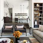 Полы в квартира выполнены из темного дуба. Дубовым же шпоном отделано и множество элементов мебели в доме. Темное дерево в интерьер отлично сочетается с холодными оттенками неокрашенной стали встречающейся по всему дому.