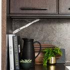 Владельцы квартиры любят готовить, поэтому кулинарные книги всегда под рукой.