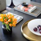 Желтая латунь выгодно смотрится на фоне черной столешницы журнального столика в гостиной. (архитектура,дизайн,экстерьер,интерьер,дизайн интерьера,мебель,индустриальный,лофт,винтаж,стиль лофт,индустриальный стиль,квартиры,апартаменты)