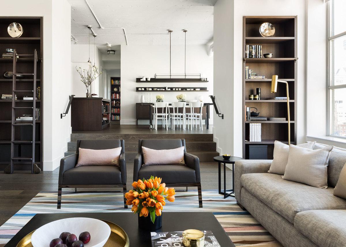 Полы в квартира выполнены из темного дуба. Дубовым же шпоном отделано и множество элементов мебели в доме. Темное дерево в интерьер отлично сочетается с холодными оттенками неокрашенной стали встречающейся по всему дому