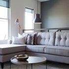 Вполне стандартный угловой диван. Однако его расположение и торшер у стены за диваном делают его отличным местом для чтения.
