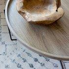 Второй журнальный столик - деревянный поднос на стальных ножках.