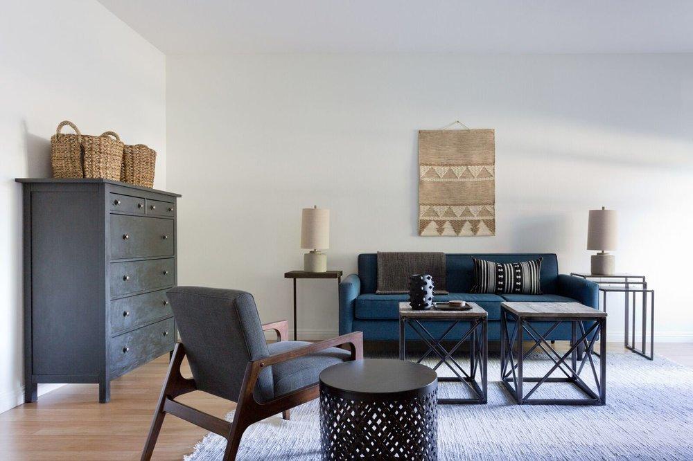 Интерьер построен на простых элементах мебели. Однако в это кресло сложно не влюбиться.