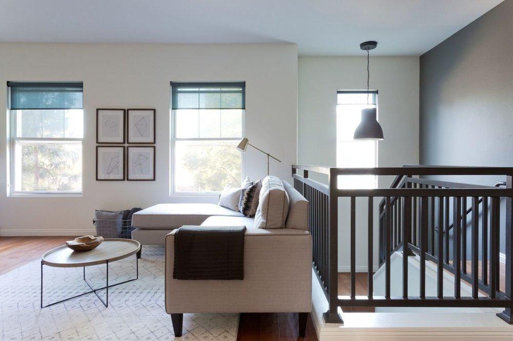 Ограда лестницы дизайном перекликается с каркасом обеденного стола.