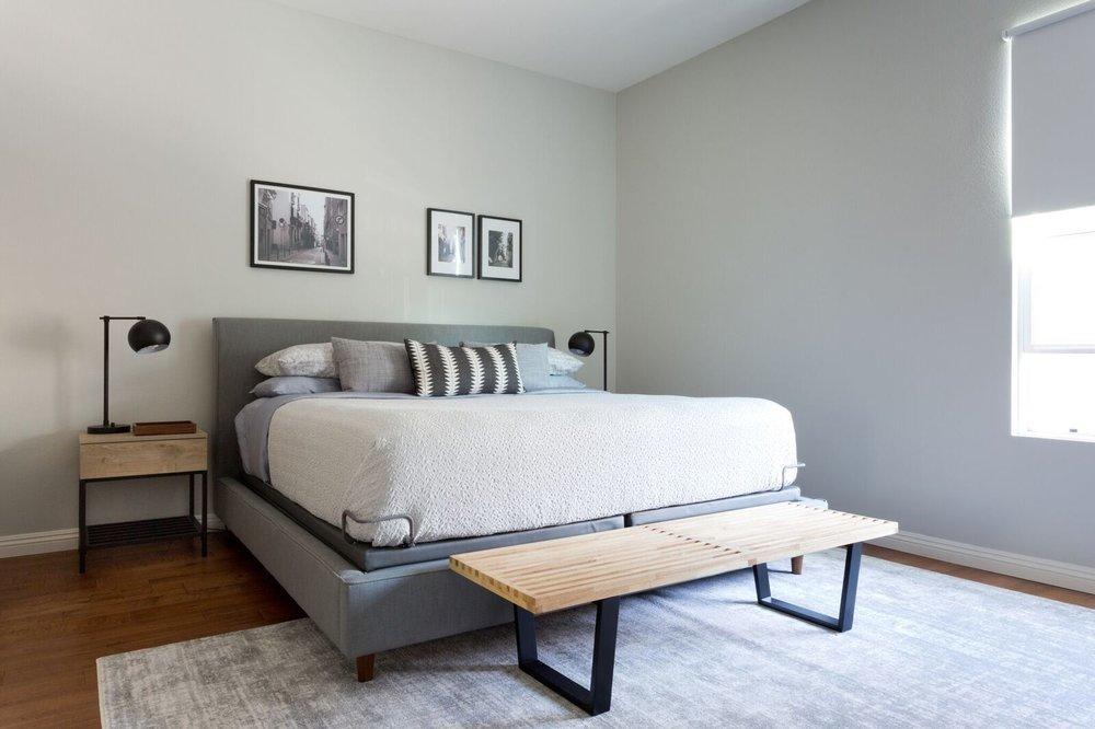 Скамья в изножье кровати выглядит лофтово и просто удобна в использовании.