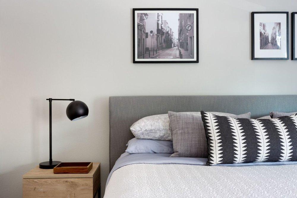 Спокойные оттенки и скандинавские принты на текстиле в спальне.