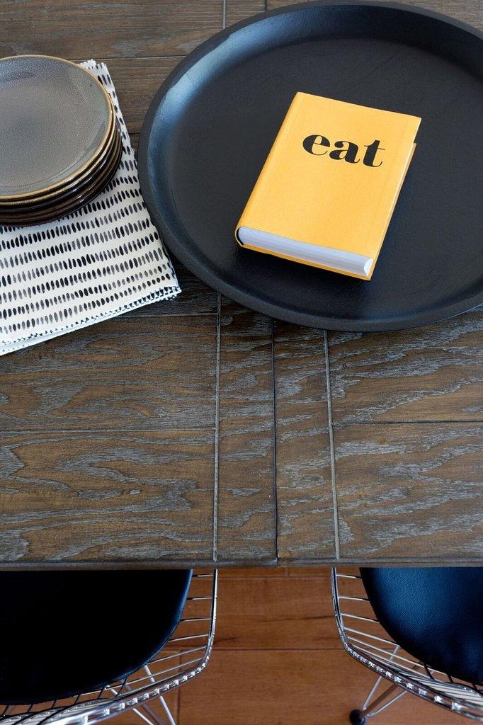 Столешница обеденного стола из повторно использованной древесины.