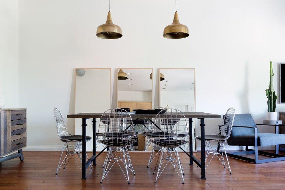 Три зеркала на полу добавляют ощущение лофта и расширяют пространство.