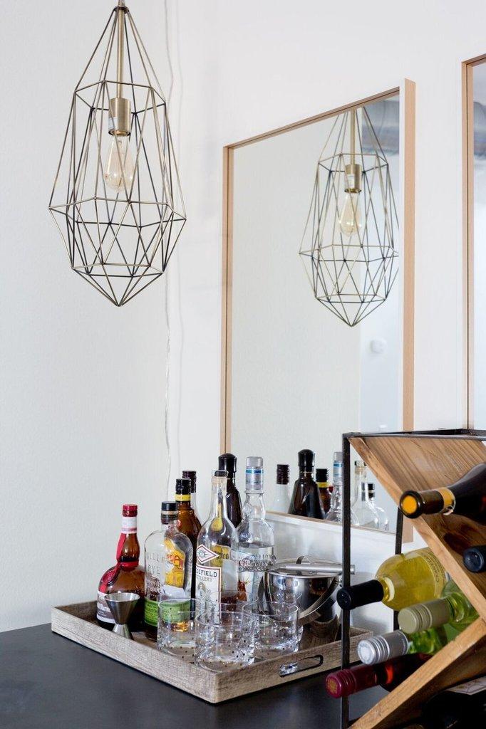 Зеркала и плафоны у барного столика украшают его.