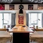 Комнату разделяет общий рабочий стол - барная стойка. Рабочие столы расположены и вдоль окон. (спальня,дизайн спальни,интерьер спальни,домашний офис,офис,мастерская,квартиры,апартаменты,мебель,интерьер,дизайн интерьера,современный,минимализм)