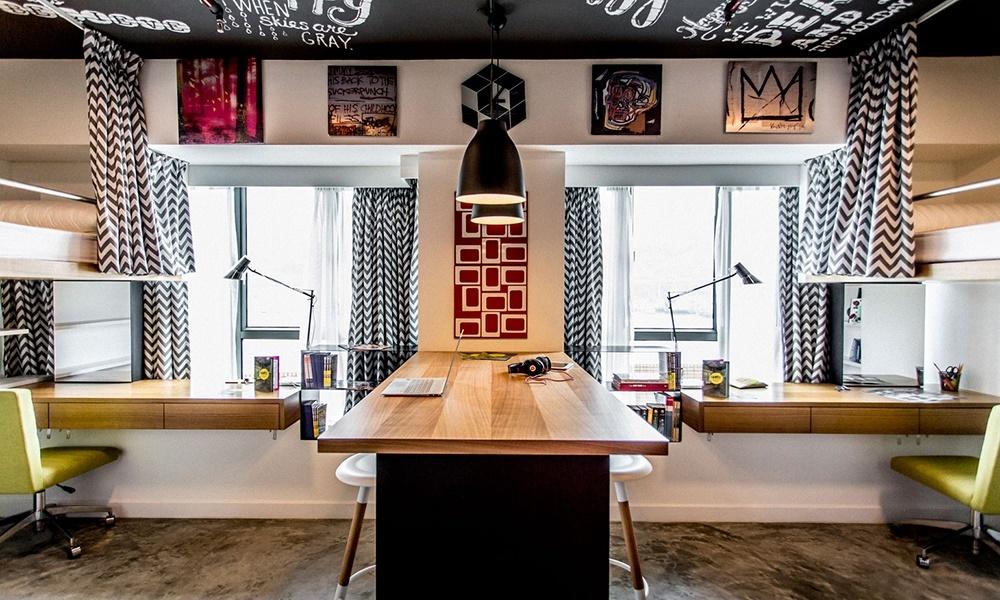 Комнату разделяет общий рабочий стол - барная стойка. Рабочие столы расположены и вдоль окон.