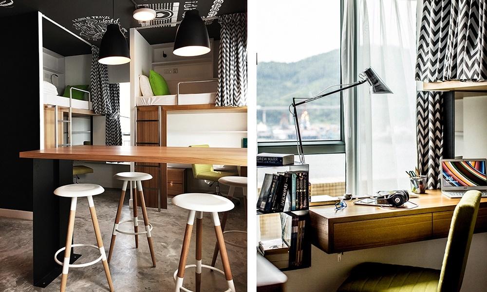 У каждого постояльца есть свой собственный рабочий стол. Барная стойка в центре комнаты является своеобразным общим пространством.
