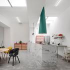 Кухонный остров отделанный мрамором выглядит несколько вызывающе в строгом индустриальном окружении. (индустриальный,лофт,винтаж,стиль лофт,индустриальный стиль,минимализм,архитектура,дизайн,экстерьер,интерьер,дизайн интерьера,мебель,квартиры,апартаменты,столовая,дизайн столовой,интерьер столовой,мебель для столовой,кухня,дизайн кухни,интерьер кухни,кухонная мебель,мебель для кухни)