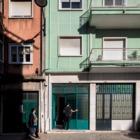 Вход в квартиру через широкие остекленные складные ворота.