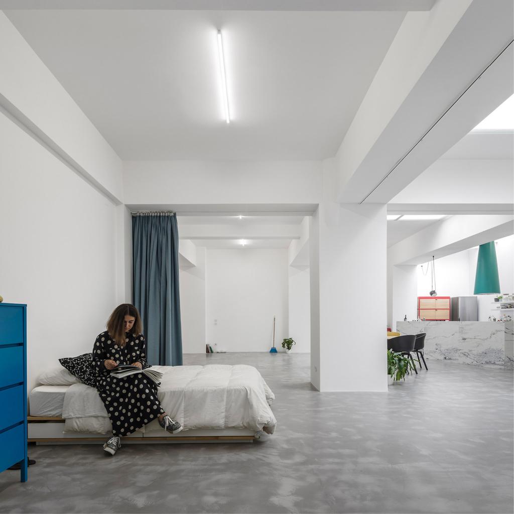 Бетонные полы объединяют все помещения дома.