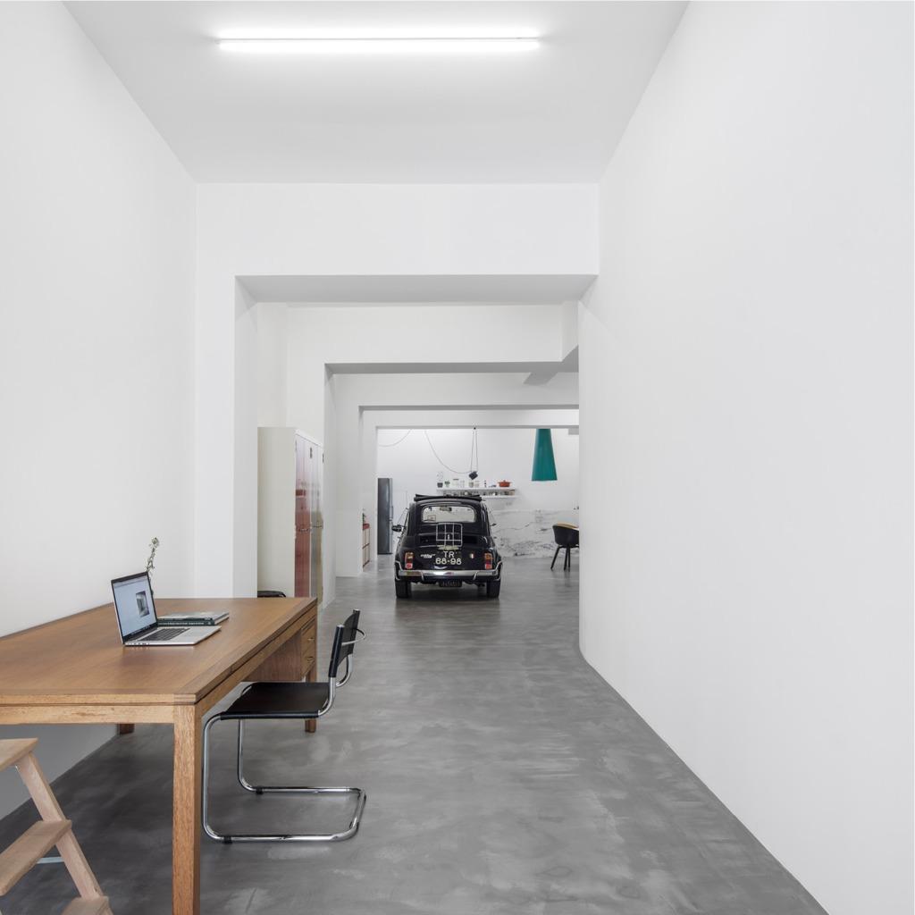 Домашний офис расположен у входа или въезда в квартиру.