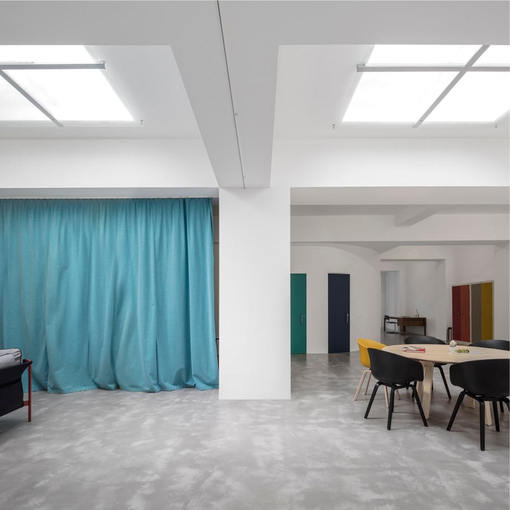 Отдельные функциональные части помещения разделяются плотными шторами разных цветов.