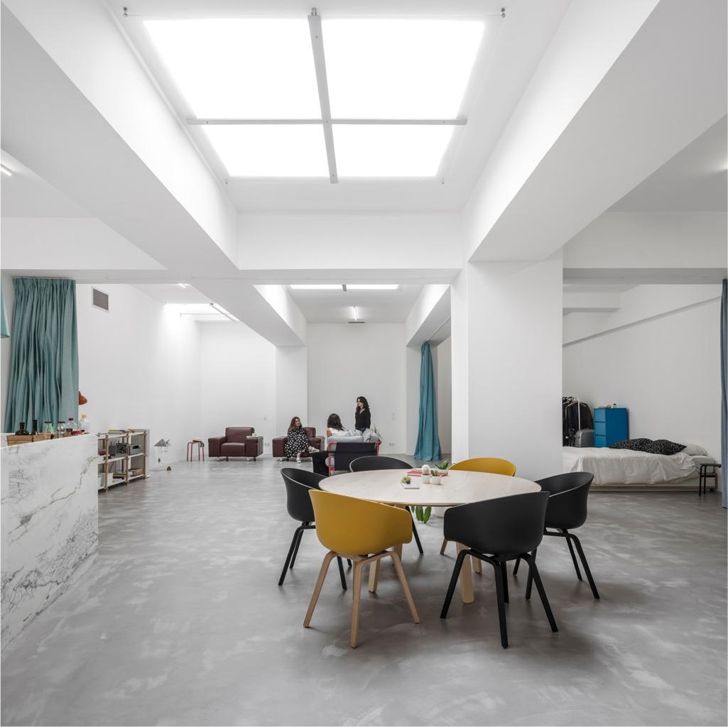 Открытая планировка подчеркивает размер помещения и позволяет такому ценному свету свободно проникать во все уголки квартиры