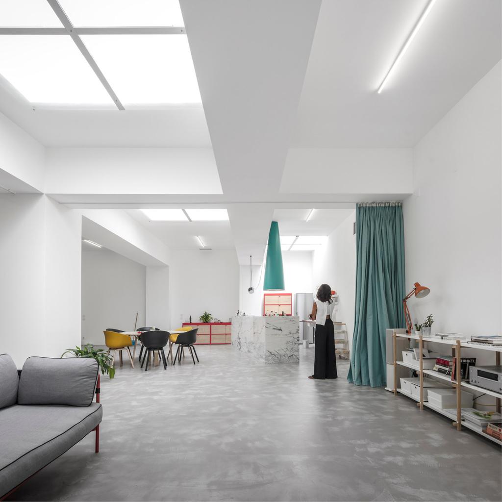 При желании гостиную можно отделить шторой от кухни и столовой.