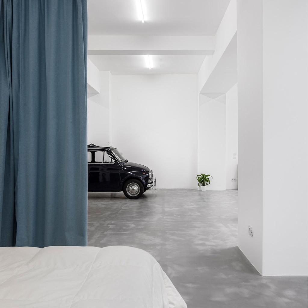 Спальня от гаража и прихожей отделяется плотной шторой.