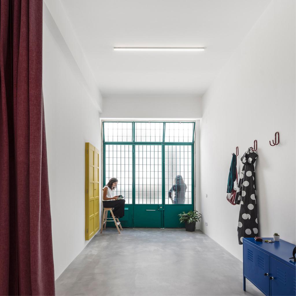 Вход в квартиру, как и прежде, является гаражными воротами.