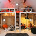 Двухъярусная кровать может быть не только необходимым решением в компактной детской, но и просто интересным способом организации пространства детской.