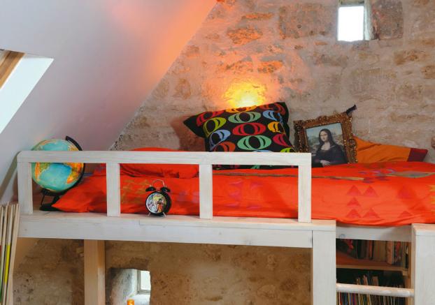 На втором уровне такой кровати много места как для кровати, так и для разных аксессуаров, что не удивительно.