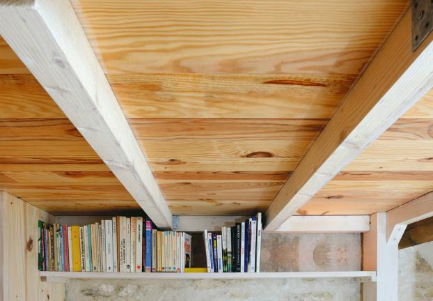 Прямо под полом кровати вдоль всей стены находится полочка для книг и игрушек, которая не мешает и не отнимает места.