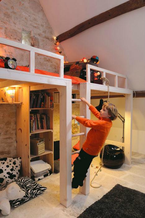 Сложное пространство детской значительно интереснее для ребенка, можно даже канат повесить.