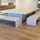 Минималистский белый бетонный стол со скамейками.