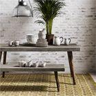Обеденный комплект мебели из стола с бетонной солешницей и скамьи.