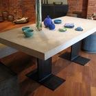 Очень элегантно смотится стол с белой бетонной столешницей и черными стальными ножками. (бетон,бетонная мебель,бетонный светильник,бетонная столешница,бетонная ванна,бетонная мойка,бетонная мебель,бетон в интерьере,бетонный подсвечник,бетонный горшок,современный,минимализм,архитектура,дизайн,экстерьер,интерьер,дизайн интерьера,мебель,индустриальный,лофт,винтаж,стиль лофт,индустриальный стиль,столовая,дизайн столовой,интерьер столовой,мебель для столовой)